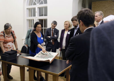 Dr. Yong-Mi Rauch präsentiert die Ausstellungsstücke von Humboldt